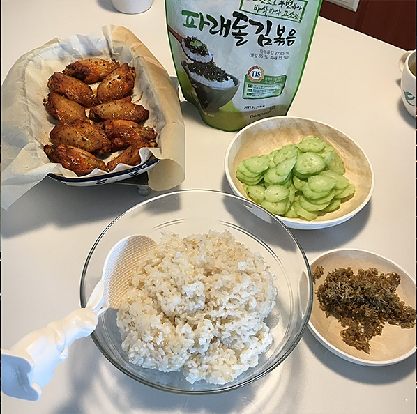 Making Jumeokbap(rice balls) with Hot Wings